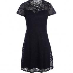 """Sukienka """"Linda"""" w kolorze granatowym. Niebieskie sukienki damskie Scottage, w koronkowe wzory, z koronki, klasyczne, z okrągłym kołnierzem. W wyprzedaży za 99.95 zł."""