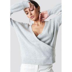 NA-KD Trend Sweter z kopertowym dekoltem - Grey. Szare swetry damskie NA-KD Trend, z elastanu, z kopertowym dekoltem. Za 121.95 zł.