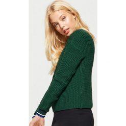 Sweter o drobnym splocie - Khaki. Brązowe swetry damskie Cropp, ze splotem. Za 59.99 zł.