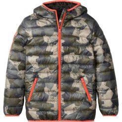 Lekko watowana kurtka z kieszeniami z zamkiem bonprix oliwkowy moro. Kurtki i płaszcze dla chłopców marki KILLTEC. Za 109.99 zł.