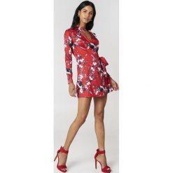 Boohoo Kopertowa sukienka w kwiaty - Multicolor. Sukienki damskie Boohoo, w kwiaty, z kopertowym dekoltem, z długim rękawem. W wyprzedaży za 36.59 zł.
