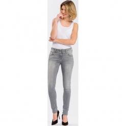 """Dżinsy """"Melinda"""" - Skinny fit - w kolorze jasnoszarym. Szare jeansy damskie Cross Jeans. W wyprzedaży za 136.95 zł."""