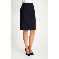 Granatowa spódnica z delikatnym wzorem QUIOSQUE. Białe spódnice damskie QUIOSQUE, z nadrukiem, z tkaniny, biznesowe. W wyprzedaży za 99.99 zł.