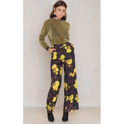 NA-KD Rozszerzane spodnie z wysokim stanem - Multicolor. Szare spodnie materiałowe damskie NA-KD, z poliesteru. W wyprzedaży za 64.78 zł.
