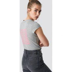 NA-KD Trend T-shirt z surowym wykończeniem The Real - Grey. Szare t-shirty damskie NA-KD Trend, z nadrukiem, z jersey, z okrągłym kołnierzem. Za 72.95 zł.
