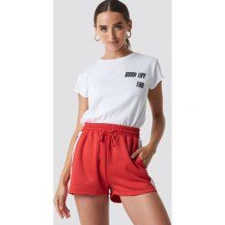 NA-KD Trend T-shirt z surowym wykończeniem Good Try - White. Białe t-shirty damskie NA-KD Trend, z jersey, z klasycznym kołnierzykiem. Za 72.95 zł.