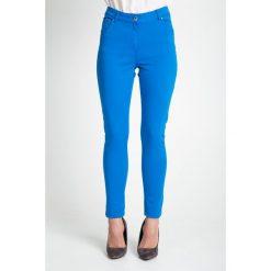 Dopasowane niebieskie spodnie QUIOSQUE. Niebieskie spodnie materiałowe damskie QUIOSQUE, w jednolite wzory, z denimu. W wyprzedaży za 59.99 zł.