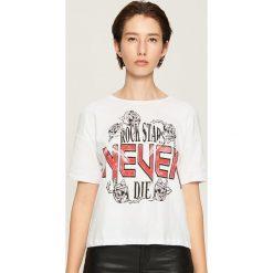 Bawełniany t-shirt z nadrukiem - Biały. Białe t-shirty damskie Sinsay, z nadrukiem, z bawełny. Za 24.99 zł.