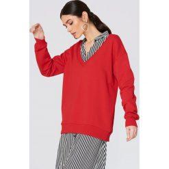NA-KD Basic Bluza basic z dekoltem V - Red. Czerwone bluzy damskie NA-KD Basic. Za 100.95 zł.