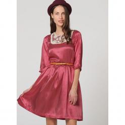Sukienka w kolorze czerwonym. Czerwone sukienki damskie TrakaBarraka, w paski, z okrągłym kołnierzem. W wyprzedaży za 99.95 zł.