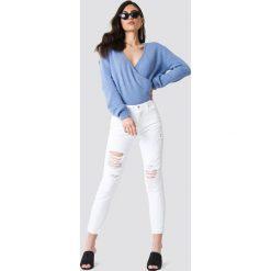 NA-KD Trend Sweter z kopertowym dekoltem - Blue. Niebieskie swetry damskie NA-KD Trend, z kopertowym dekoltem. Za 121.95 zł.
