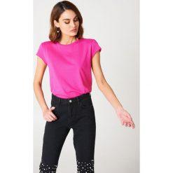 NA-KD Basic T-shirt z surowym wykończeniem - Pink. Różowe t-shirty damskie NA-KD Basic, z bawełny, z okrągłym kołnierzem. W wyprzedaży za 21.18 zł.