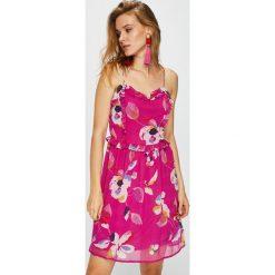 Vero Moda - Sukienka. Różowe sukienki damskie Vero Moda, z poliesteru, casualowe, na ramiączkach. W wyprzedaży za 99.90 zł.