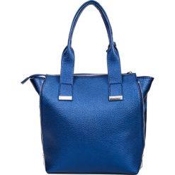 Prostokątna kobaltowa shopperka z chwostem QUIOSQUE. Niebieskie torebki shopper damskie QUIOSQUE, w kolorowe wzory, ze skóry ekologicznej. Za 169.99 zł.