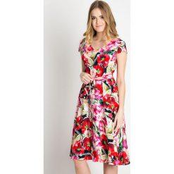 Rozkloszowana wiązana sukienka w kwiaty QUIOSQUE. Szare sukienki dla dziewczynek QUIOSQUE, w kolorowe wzory, wizytowe. W wyprzedaży za 99.99 zł.