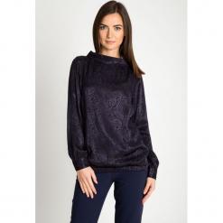 Granatowa żakardowa bluzka bombka QUIOSQUE. Szare bluzki damskie QUIOSQUE, z tkaniny, eleganckie, z kopertowym dekoltem. Za 149.99 zł.
