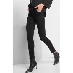 Elastyczne jeansy skinny. Czarne jeansy damskie Orsay. Za 139.99 zł.