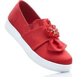Buty wsuwane bonprix truskawkowy. Czerwone obuwie sportowe damskie bonprix, z aplikacjami. Za 79.99 zł.
