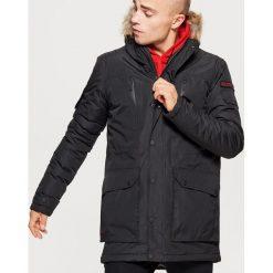 Zimowy płaszcz z kapturem - Czarny. Czarne płaszcze męskie Cropp, na zimę. Za 329.99 zł.