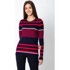 Granatowy sweter w czerwone pasy QUIOSQUE. Czerwone swetry damskie QUIOSQUE, ze skóry, z klasycznym kołnierzykiem. W wyprzedaży za 99.99 zł.