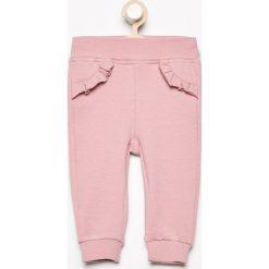 Spodnie z falbanką przy kieszeniach - Różowy. Spodenki niemowlęce marki Pollena Savona. W wyprzedaży za 19.99 zł.