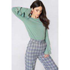 NA-KD Sweter z falbanami - Green. Zielone swetry damskie NA-KD, z elastanu, z okrągłym kołnierzem. W wyprzedaży za 85.37 zł.