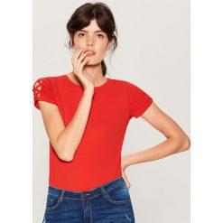 Koszulka z wycięciem na rękawach - Czerwony. Czerwone t-shirty damskie Mohito. W wyprzedaży za 29.99 zł.