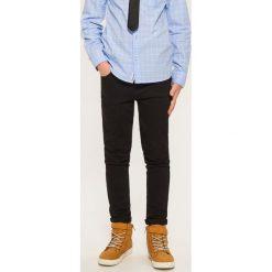 Spodnie slim fit - Czarny. Czarne spodnie materiałowe dla chłopców Reserved, z jeansu. Za 119.99 zł.