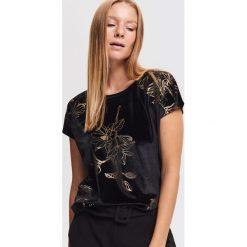 Welurowy T-shirt - Czarny. Czarne t-shirty damskie Reserved, z weluru. Za 79.99 zł.