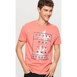 T-shirt z nadrukiem - Pomarańczo. Różowe t-shirty męskie Reserved, z nadrukiem. W wyprzedaży za 24.99 zł.
