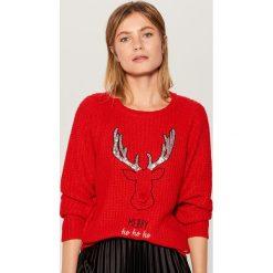 Świąteczny sweter z pozytywką - Czerwony. Czerwone swetry damskie Mohito. Za 99.99 zł.