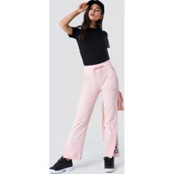 NA-KD Spodnie sportowe z haftem - Pink. Różowe spodnie sportowe damskie NA-KD, z haftami. W wyprzedaży za 85.17 zł.