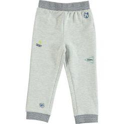 Spodnie dresowe w kolorze szarym. Spodnie sportowe dla chłopców Tom Tailor Kids, z dresówki. W wyprzedaży za 35.95 zł.