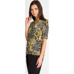 Szara bluzka w żółte kwiaty QUIOSQUE. Szare bluzki damskie QUIOSQUE, w kwiaty, z tkaniny, z dekoltem w łódkę, z długim rękawem. Za 139.99 zł.