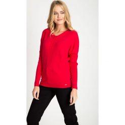 Malinowy sweter z ozdobnym splotem QUIOSQUE. Różowe swetry damskie QUIOSQUE, na zimę, ze splotem, z klasycznym kołnierzykiem. W wyprzedaży za 99.99 zł.