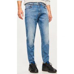 Jeansy carrot - Niebieski. Niebieskie jeansy męskie Reserved. Za 129.99 zł.
