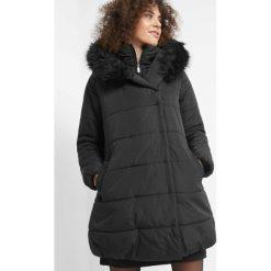 Pikowana kurtka z futerkiem. Czarne kurtki damskie Orsay, z poliesteru. Za 299.99 zł.