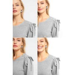 Sweter z wiązaniem na ramieniu. Szare swetry damskie Orsay, z dzianiny, ze sznurowanym dekoltem. Za 99.99 zł.