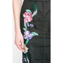Guess Jeans - Sukienka. Szare sukienki damskie Guess Jeans, z haftami, z jeansu, casualowe. W wyprzedaży za 359.90 zł.