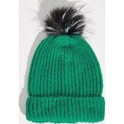Czapka z puszystym pomponem - Zielony. Zielone czapki i kapelusze damskie Sinsay. Za 19.99 zł.