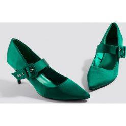 NA-KD Shoes Satynowe czółenka z klamrą - Green. Czółenka damskie marki bonprix. W wyprzedaży za 80.97 zł.