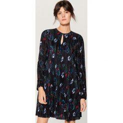 Plisowana sukienka w kwiaty - Niebieski. Niebieskie sukienki damskie Mohito, w kwiaty. Za 119.99 zł.