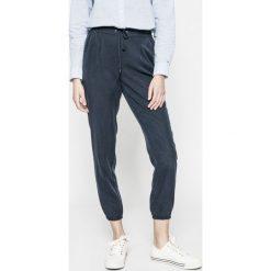 Tommy Jeans - Spodnie. Szare spodnie sportowe damskie Tommy Jeans, z aplikacjami, z jeansu. W wyprzedaży za 219.90 zł.