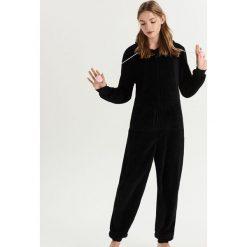 Pluszowa piżama z pomponami - Czarny. Czarne piżamy damskie Sinsay. Za 79.99 zł.