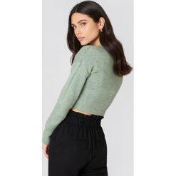 NA-KD Dzianinowy sweter kopertowy - Green. Zielone swetry damskie NA-KD, z dzianiny, z kopertowym dekoltem. W wyprzedaży za 36.59 zł.