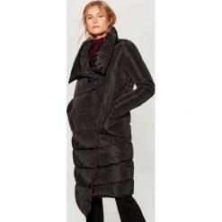 Płaszcz z asymetrycznym dołem - Czarny. Czarne płaszcze damskie Mohito. Za 279.99 zł.
