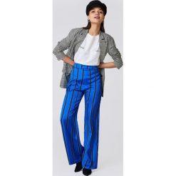 NA-KD Spodnie dzwony w paski z wysokim stanem - Blue. Niebieskie paski damskie NA-KD, w paski, z satyny. Za 80.95 zł.