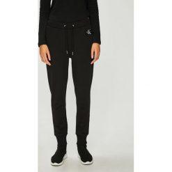 Calvin Klein Jeans - Spodnie. Szare spodnie materiałowe damskie Calvin Klein Jeans, z bawełny. Za 359.90 zł.
