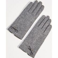 Wełniane rękawiczki z biżuteryjną aplikacją - Szary. Szare rękawiczki damskie Mohito, z aplikacjami, z wełny. Za 49.99 zł.