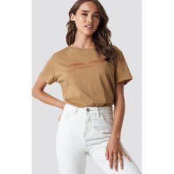 NA-KD Trend T-shirt oversize Game Over - Beige. Brązowe t-shirty damskie NA-KD Trend, z nadrukiem, z jersey, z okrągłym kołnierzem. Za 72.95 zł.